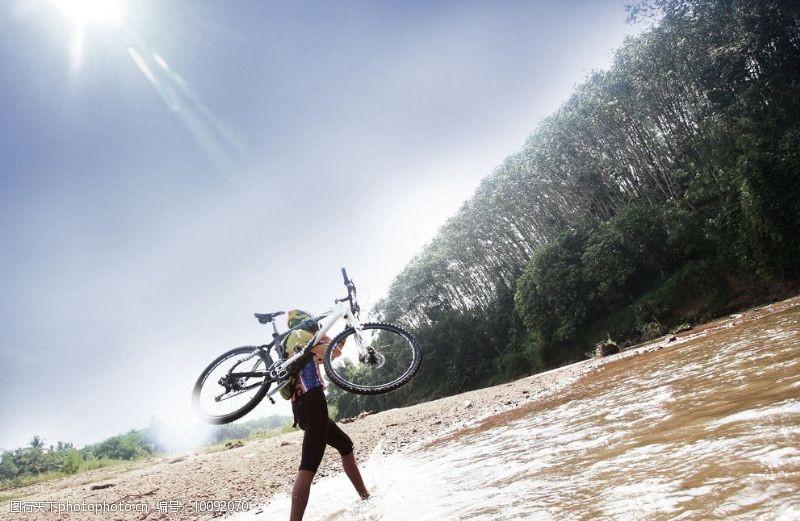 野外运动骑单车图片